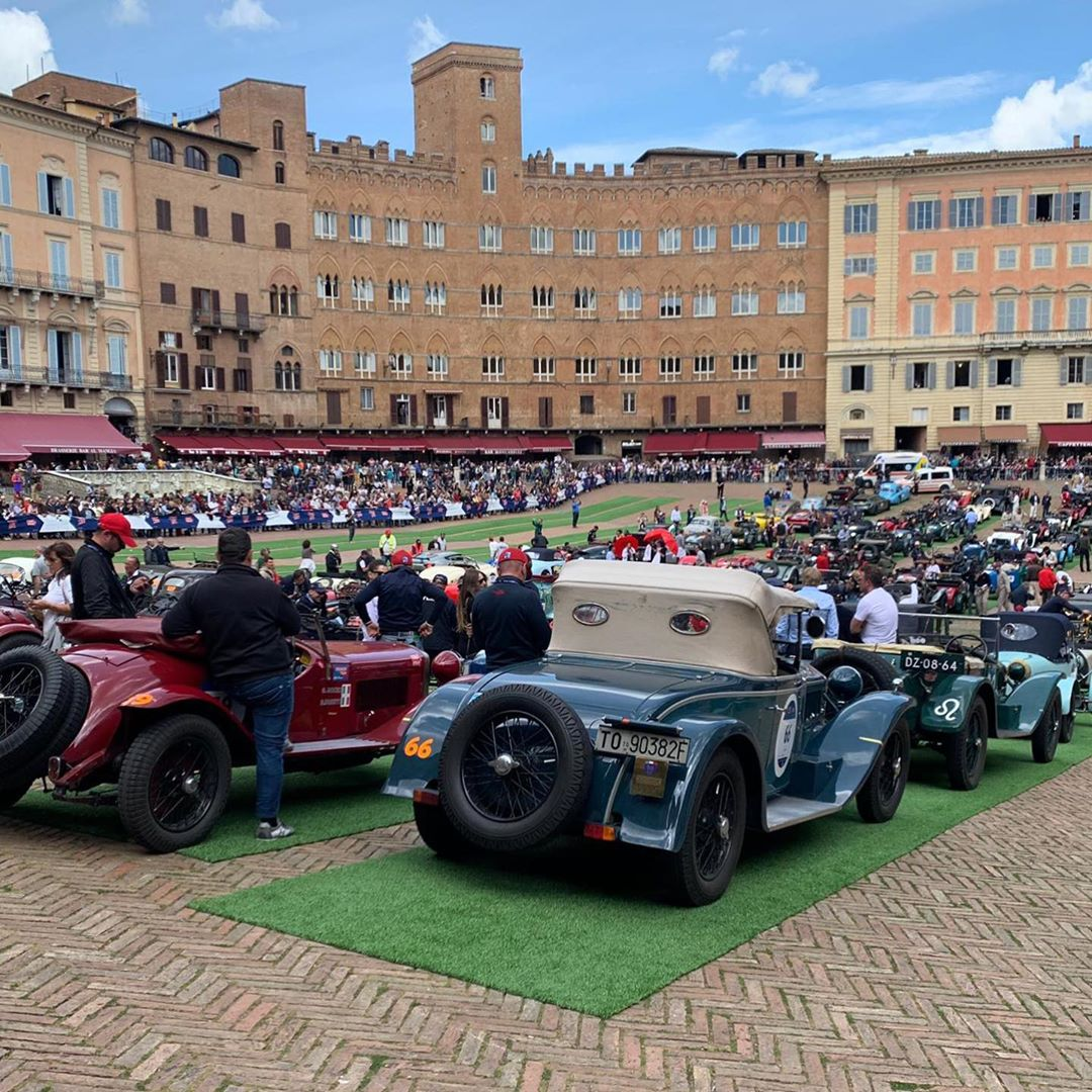 After driving through the contrade in the very heart of Siena, the Mille Miglia is enthusiastically greeted in Piazza del Campo * – – –