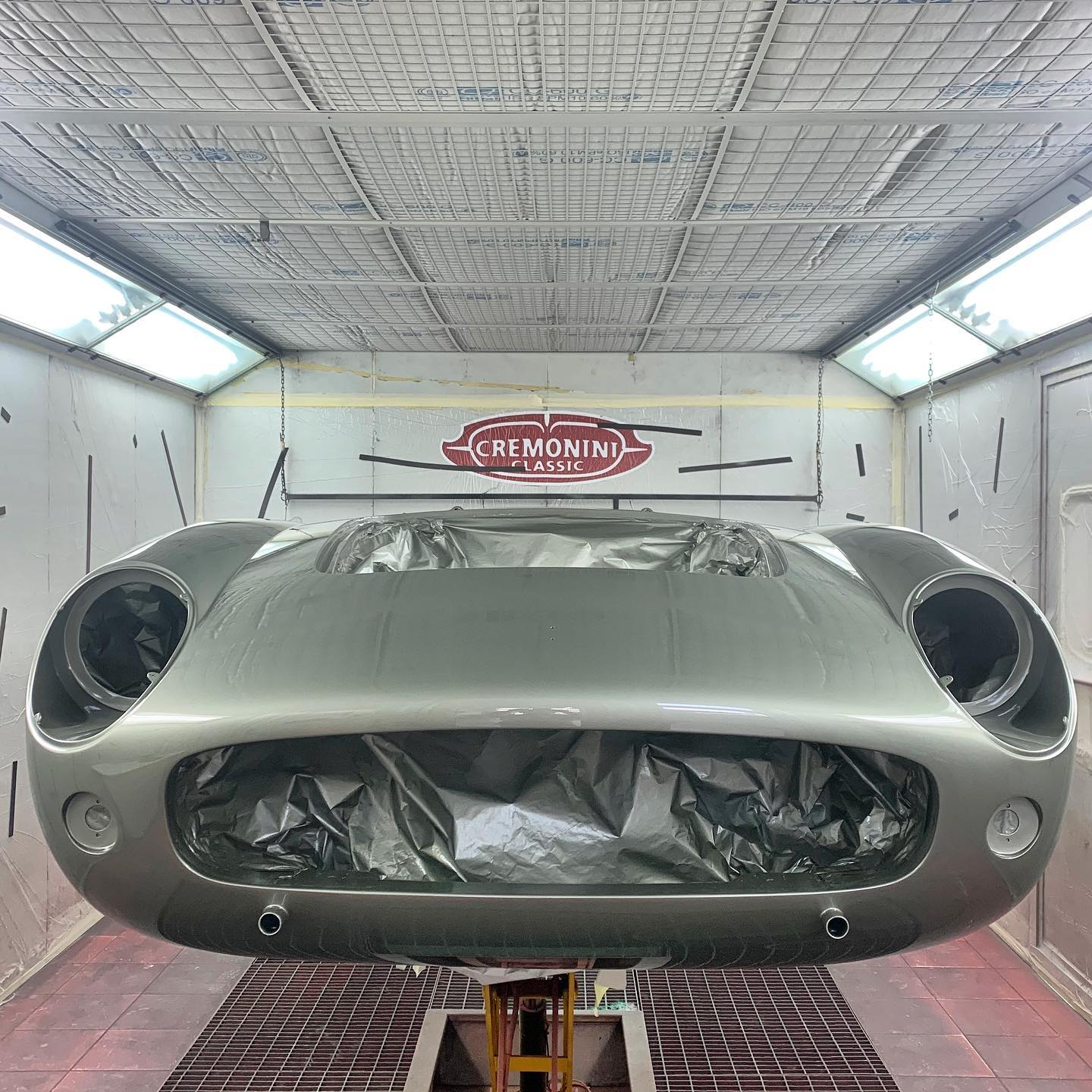 After the Grigio Conchiglia paint, now it's time for polishing on this extraordinary 250 California. Oooh, that amazed look on her face as she is being brought back to her original specs! – – – #backtooriginalspecs #ferrari #ferrari250california #grigioconchiglia #scaglietti #makemodenagreatagain #doosetdaram #madeinitaly #italianstyle #classiccars #italiansdoitbetter #cremoniniclassic #naked