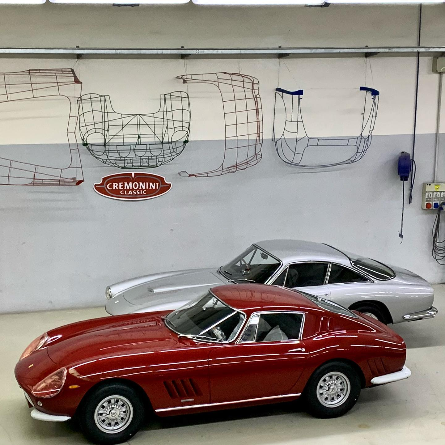 For everyone working and relaxing this weekend, enjoy the view from above of two projects we were thrilled to be part of: 250 GTL ready for delivery and 275 Competizione waiting for the finishing touches – – – #ferrari275 #ferrari250gtlusso #ferrari #cremoniniclassic #sixtiesstyle #madeinitaly #italianstyle #italiansdoitbetter #doosetdaram #StaySafeRidetheCurve #FerrariFriday